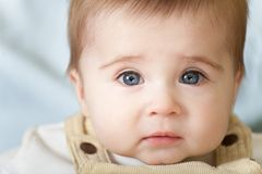dziecka niebieskich oczu zadumany portret Zdjęcia Royalty Free
