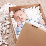 dziecka nowonarodzony pudełkowaty otwiera poczta Zdjęcie Royalty Free