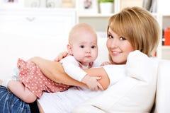 dziecka nowonarodzony szczęśliwy macierzysty fotografia royalty free