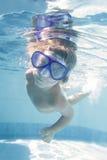 Dziecka nurkowy undwerwater w masce w basenie Fotografia Royalty Free