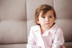 Dziecka obsiadanie na kanapie Fotografia Stock