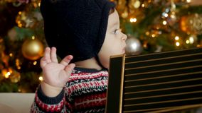 Dziecka obsiadanie na kanapie z prezentów pudełkami zbiory