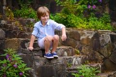Dziecka obsiadanie na krokach Obraz Royalty Free