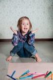 Dziecka obsiadanie na podłogowym pobliskim papierze i kredkach Mała dziewczynka rysunek, obraz budynku pojęcia twórczości ręki le Fotografia Stock
