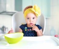 Dziecka obsiadanie przy kuchnia pustym stołem Zdjęcia Stock