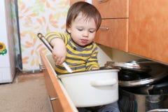 Dziecka obsiadanie w kreślarzie na kuchni Zdjęcie Royalty Free