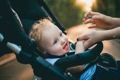 Dziecka obsiadanie w wózku inwalidzkim Obrazy Royalty Free