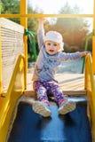 Dziecka obwieszenie na barze przy boiskiem zdjęcia royalty free