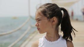 Dziecka odprowadzenie na drewnianym molu blisko morza zbiory wideo