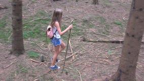 Dziecka odprowadzenie w lesie, ?artuje Plenerow? natur?, dziewczyna Bawi? si? w Campingowej przygodzie zdjęcie wideo