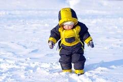 Dziecka odprowadzenie w zimie Zdjęcia Royalty Free