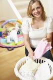dziecka odzieżowa falcowania domu matka fotografia stock