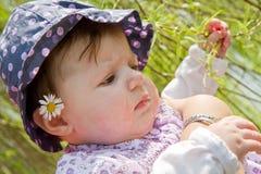 dziecka ostrza trawy bawić się Fotografia Royalty Free