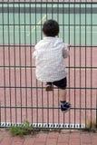 Dziecka pięcia ogrodzenie zdjęcia stock