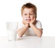 Dziecka pije mleko zdjęcia stock