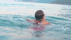 Dziecka pikowanie w wodę morską podczas wakacji letnich i dopłynięcie zbiory wideo