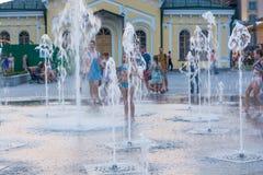 Dziecka pluśnięcie w miasta ` s fontannach w kwadracie i sztuka editorial 08 03 2017 Obraz Stock