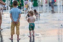 Dziecka pluśnięcie w miasta ` s fontannach w kwadracie i sztuka editorial 08 03 2017 Zdjęcie Royalty Free