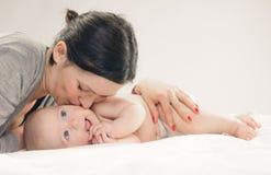 dziecka policzka szczęśliwa całowania matka Obraz Royalty Free