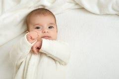 Dziecka portait kłamstwo na białym ręczniku w łóżku, kolor żółty tonujący Obrazy Royalty Free