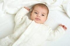 Dziecka portait kłamstwo na białym ręczniku w łóżku, kolor żółty tonujący Obraz Stock