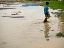 Dziecka przespacerowanie w brudnym mąci wodę zdjęcie stock