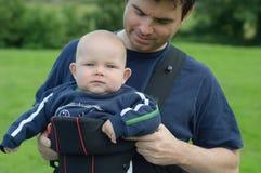 dziecka przewoźnika ojca pomaga syn Obrazy Royalty Free