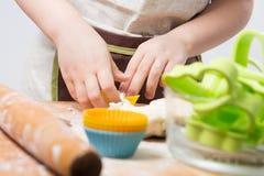 Dziecka przygotowanie pieczenie zdjęcia stock