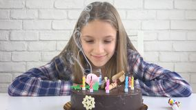 Dziecka przyjęcia urodzinowego Podmuchowe świeczki, dziecko rocznica, Żartują świętowanie zdjęcie royalty free