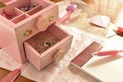 Dziecka pudełko dla biżuterii notepad z piórem Obraz Royalty Free