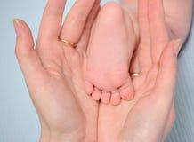dziecka ręk piętowy mum Zdjęcia Stock