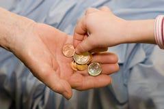 dziecka ręki pieniądze stara kobieta zdjęcia stock