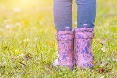 Dziecka ` s cieki w gumowych butach fotografia royalty free