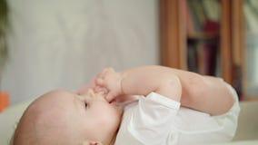 Dziecka ` s cieki w swój swój ręki zbiory