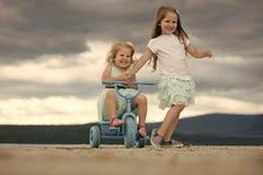 dziecka ` s gry Dzieci bawić się w górze zdjęcie royalty free