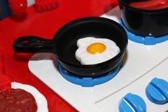 Dziecka ` s kuchenka dla gotować, Wyśmienicie rozdrapani jajka Zdjęcie Stock