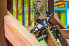 Dziecka ` s ortopedyczni buty na chłopiec ` s ciekach obrazy stock