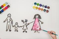 Dziecka ` s ręka maluje szczęśliwej rodziny Obrazy Stock
