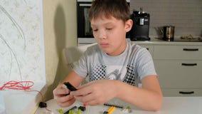 Dziecka ` s ręki bawić się z budowy zabawki setem, mądrze dzieciak, plastikowe cegły zdjęcie wideo
