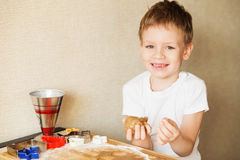 Dziecka ` s ręki robią miodownikowi Małej chłopiec tnący ciastka dla Zdjęcie Stock