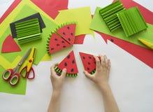 Dziecka ` s ręki robią owoc od papieru Zwrotnika lato Mistrzowska klasa od dziecka Zdjęcia Stock