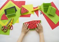 Dziecka ` s ręki robią owoc od papieru Zwrotnika lato Mistrzowska klasa od dziecka Obrazy Stock