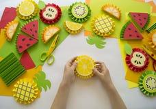 Dziecka ` s ręki robią owoc od papieru Zwrotnika lato Mistrzowska klasa od dziecka Obraz Stock