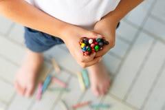 Dziecka ` s ręki z udziałami kolorowe wosk kredki Fotografia Stock
