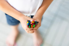 Dziecka ` s ręki z udziałami kolorowe wosk kredki Zdjęcia Stock