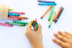 Dziecka ` s ręki z udziałami kolorowe wosk kredki Obraz Royalty Free