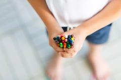 Dziecka ` s ręki z udziałami kolorowe wosk kredki Zdjęcie Royalty Free