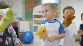 Dziecka ` s rozwija gemowego pokój Emocje młode dzieci podczas zabawiać klasy Dzieciaki m zabawy bawić się zbiory
