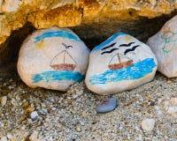 Dziecka ` s rysunki na plażowych kamieniach obrazy royalty free