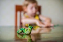 Dziecka ` s twórczość dziecko glina sculpts Śliczne chłopiec lejnie od plasteliny na stole zdjęcia royalty free